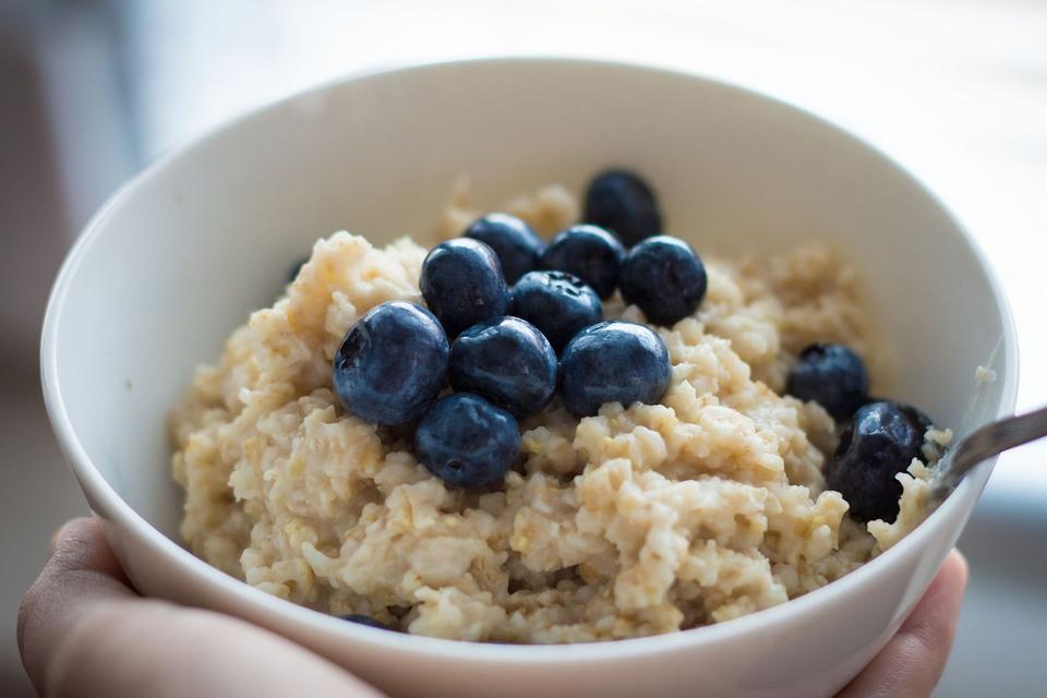 lista superfoods dla Twojego dziecka - dodaj owsiankę na śniadanie